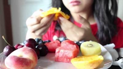 Turun Hingga 7 Kg Dalam 1 Minggu dengan Diet Buah, Aman Nggak Sih Moms?