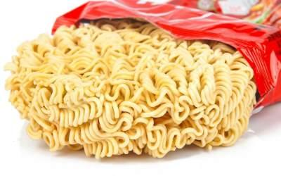 Si Kecil Doyan Makan Mie Instan? Kenali Bahaya dan Tips Aman Mengonsumsinya, Moms