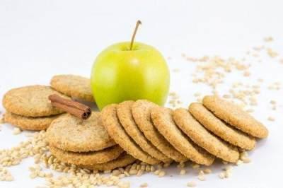 Irisan Apel, Biskuit Gandum dengan Cocolan Selai Kacang