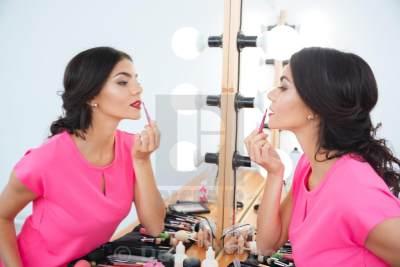 Tampil Glowing dengan 5 Lip Gloss Lokal Terbaik, Intip Yuk Moms!