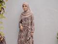 Ragam Model Gamis Syar'i Ala Selebriti Indonesia, Bisa Jadi Inspirasi Nih, Moms