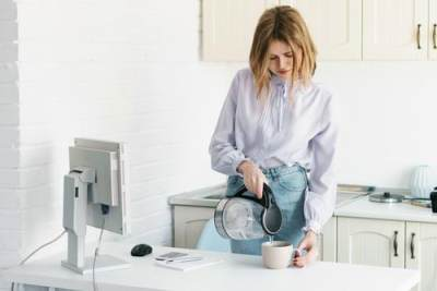 Mitos dan Fakta Seputar Manfaat Air Putih Hangat untuk Tubuh, Apa Saja Ya, Moms?