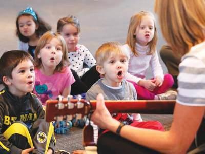 Bernyanyi Lagu Anak TK dengan Si Kecil, Intip Daftar Lagunya Yuk Moms!
