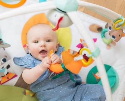 Mainan untuk Stimulasi Bayi 3 Bulan, Bisa Bikin Sendiri Juga Loh Moms!