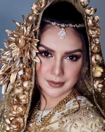 Cantik Maksimal Bak Ratu Bollywood, Intip Yuk Makeup Glamour Ala Prewedding Irish Bella!