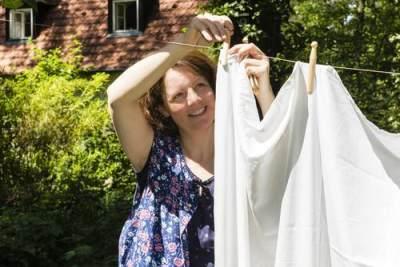 2. Cuci Sprei dan Sarung Bantal dengan Air Panas dan Detergen