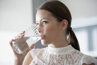Tips Mencegah Dehidrasi Saat Berpuasa, Ini Trik Minum Air Putihnya Moms