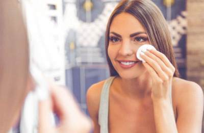 Suka Malas Hapus Makeup Saat Traveling? Yuk, Bikin DIY Makeup Remover Pads Aja!