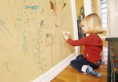 Anak Corat-Coret Dinding Rumah