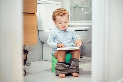 Kapan Si Kecil Siap Toilet Training? Cari Tahu Tanda dan Tipsnya Yuk, Moms