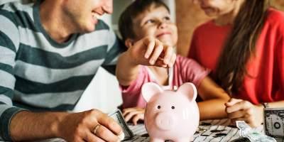 Biar THR Lebaran Tak Cepat Habis, Ajarkan Anak Mengatur Keuangan Yuk, Moms!