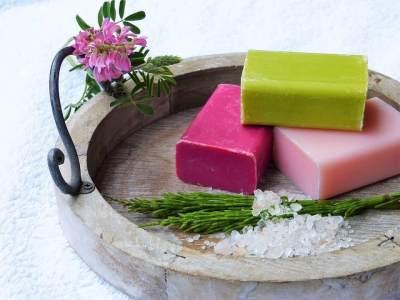 Sabun Cair atau Sabun Batangan, Mana yang Lebih Baik Ya Moms?