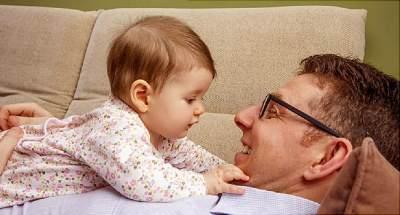 Pentingnya Tummy Time Untuk Tumbuh Kembang Bayi, Cek Durasi Waktunya Sesuai Usia!