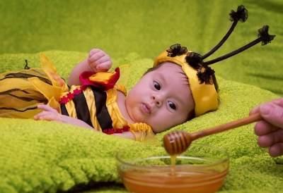 Bolehkah Bayi Konsumsi Madu? Ini Cara Aman Mengenalkannya, Moms
