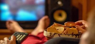 Jangan Makan dan Ngemil di Depan Televisi