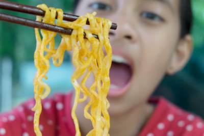 Penting, Ini yang Harus Mommy Perhatikan Saat Akan Memberikan Mie Instan Pada Anak