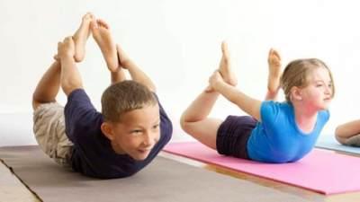 6. Kenalkan Anak pada Yoga