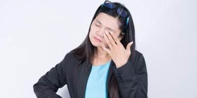 2. Hindari Mengucek Mata Terlalu Keras