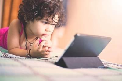 Terlalu Sering Main Ponsel, Anak 2 Tahun Ini Rabun Jauh Hingga Minus 9