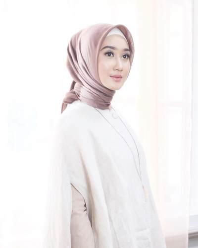 Padu Padan Hijab dengan Style Smart Casual untuk Wanita Karir ala Dian Pelangi