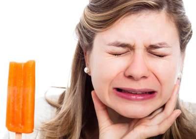 Gigi Sensitif Bikin Ngilu? Kenali Penyebab dan Cara Mengatasinya, Moms