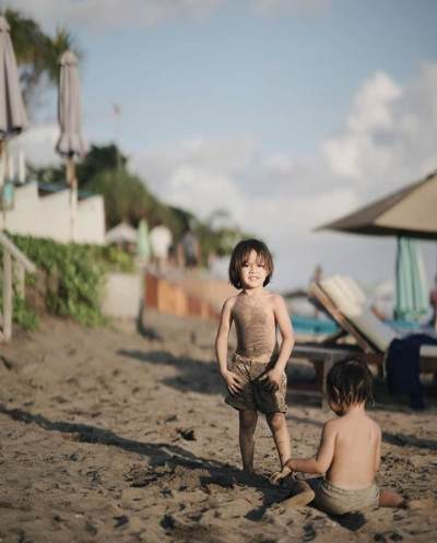 1. Gaya Maskulin Saat Main di Pantai