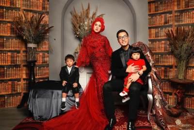 7 Foto Keluarga Anti Mainstream Ala Artis Ini Bisa Jadi Inspirasi Moms, Unik Banget!