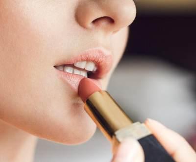 Tips Memilih Lipstik untuk Bibir Kering, Perhatikan 5 Hal Ini Ya, Moms!