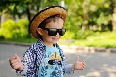 5. Gunakan Kacamata Hitam dan Topi