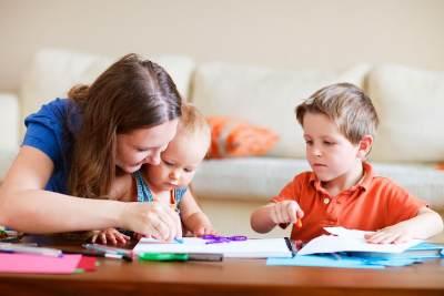 Jangan Asal Ikuti Tren, Pertimbangkan Dulu Kelebihan & Kekurangan Homeshooling, Moms