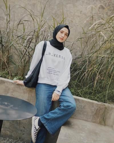 4. Tampil Casual dengan balutan sweter putih dan kulot jeans