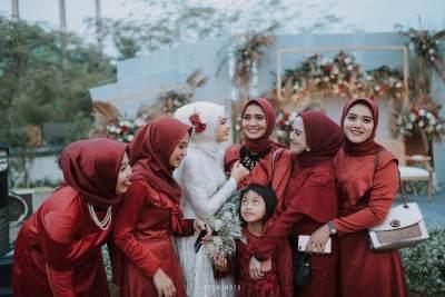 3. Bridesmaid dress kontras dengan pengantin