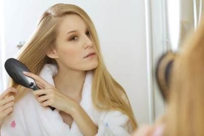5. Selalu sisir rambut sebelum tidur dan sebelum keramas