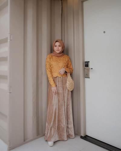 4. Yuk Kondangan dengan Suide Skirt dan Brokat! Permainan Warna yang Nisa Gunakan Sangat Pas Ya Moms?