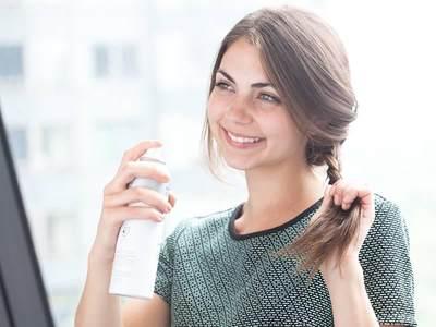 Cara Tepat Menggunakan Dry Shampoo, Ikuti Aturan Pakainya Juga Ya!