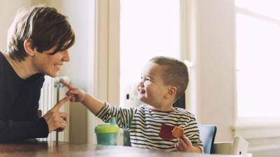 Mengenal Tahap Perkembangan Anak Belajar Bicara di 3 Tahun Pertama Usianya