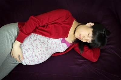 Baik Untuk Ibu dan Janin, Ini 6 Manfaat Tidur Miring Ke Kiri Saat Hamil