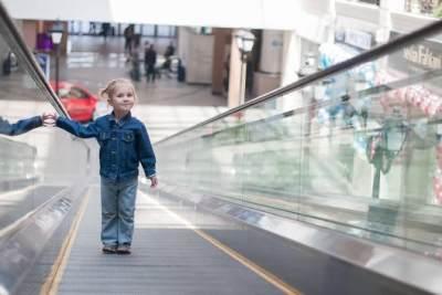 Perhatikan Keselamatan Anak, Ini Tips Aman Naik Lift dan Eskalator Bersama Si Kecil