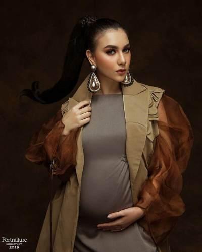 7 Gaya Irish Bella Pamer Perut Buncit Saat Maternity Shoot, Mirip Boneka Hidup!