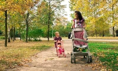 Kapan Waktu yang Tepat Anak Berhenti Naik Stroller?