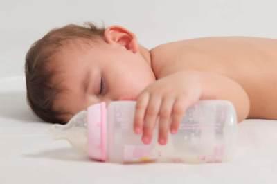 Tips Mengatasi Kebiasaan Anak Minum Susu di Botol Saat Tidur