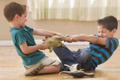 Saat Anak Dipukul Temannya, Tindakan Apa yang Harus Moms Lakukan?