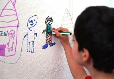 Jangan Marah Moms, Ini Tips Mengatasi Kebiasaan Anak Corat-coret Dinding Rumah
