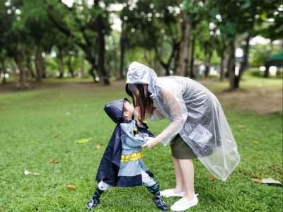 Mengapa Sebaiknya Anak Dibolehkan Bermain Hujan? Ini Ragam Manfaatnya, Moms