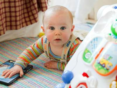Tahapan Perkembangan Penglihatan Bayi Sejak Awal Kelahiran Hingga Usia 2 Tahun