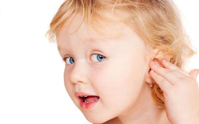 Cara Aman dan Tepat Membersihkan Telinga Bayi