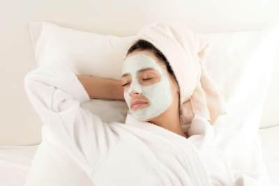 Gak Suka Makeup? Minimal Lakukan Skincare Rutin Ini di Pagi dan Malam Hari