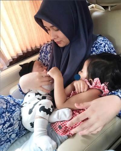 Menyusui 2 Anak Sekaligus Seperti Ryana Dea, Adakah Manfaat dan Resikonya?