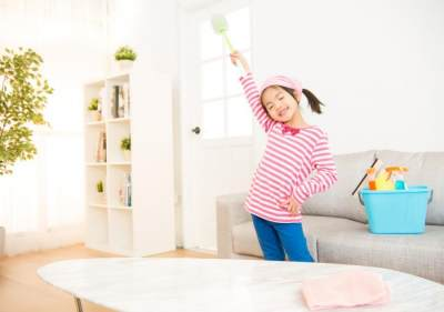 5 Tips Agar Anak Mau Membersihkan Rumah, Bikin Si Kecil Jadi Rajin, Moms!