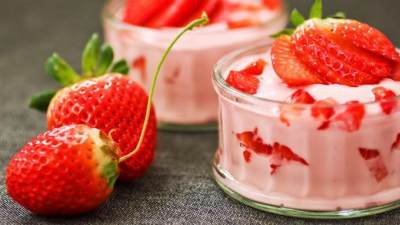 Puding Yogurt Stroberi